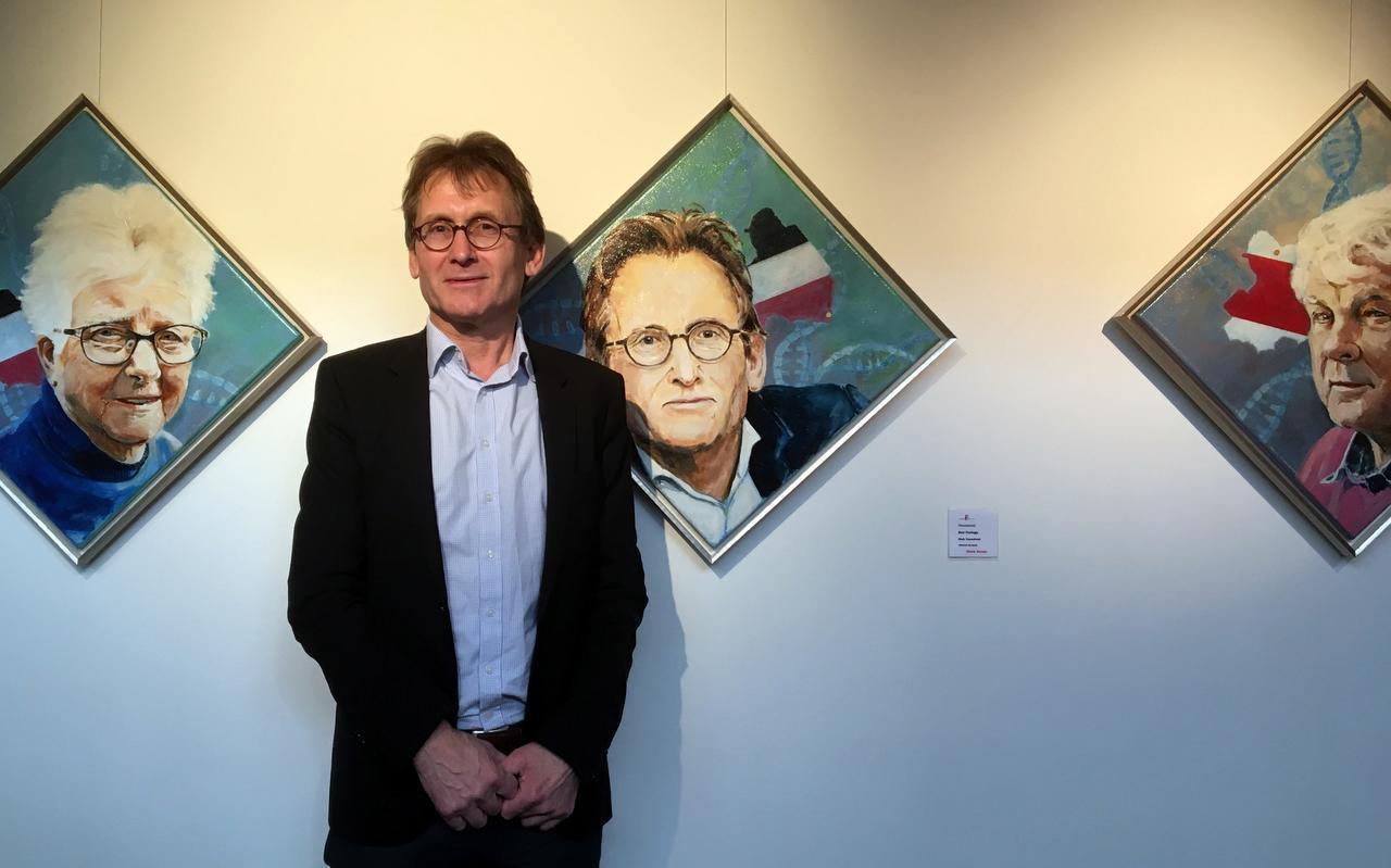 Ben Feringa poseert bij een door Klaas Koops geschilderd portret. Links een portret van Lummie Abbink-Bruinmeijer, rechts van Jans Polling.  Foto DvhN