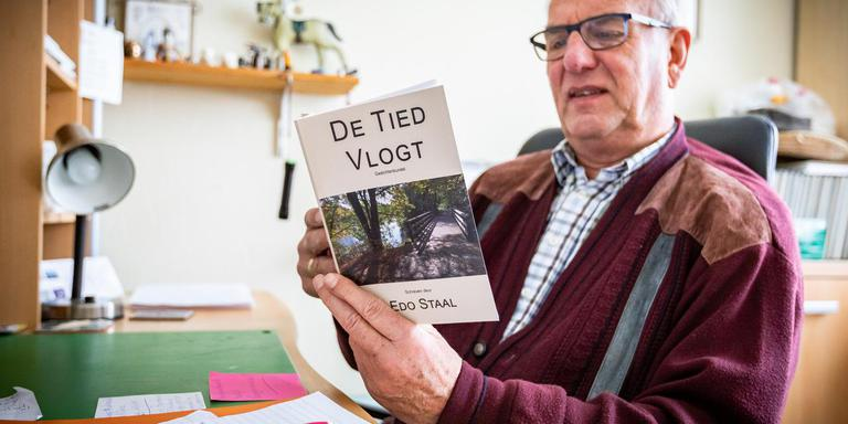 De dichtader van Edo Staal (70) uit Winschoten werd aangeboord door zijn huisarts. Die adviseerde Staal om diens verdriet over zijn plotseling overleden dochter van zich af te schrijven. Foto: Huisman Media