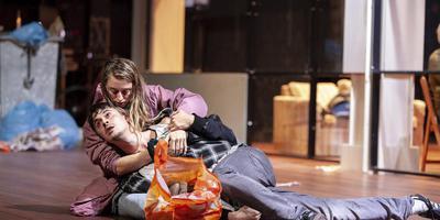 Scène uit 'Thuislozen' van Theater Utrecht. Foto Roel van Berckelaer