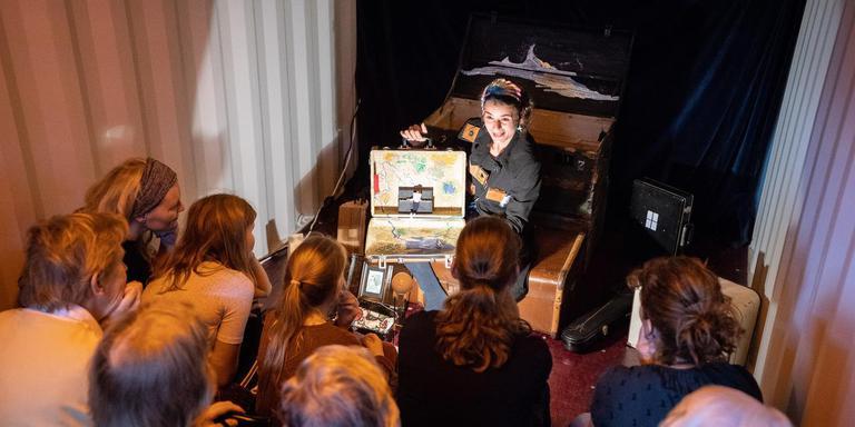 Frederique van Domburg tijdens haar containervoorstelling op festival Puppet in Meppel. Foto JASPAR MOULIJN