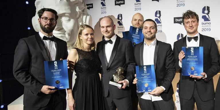 Noordelijke winnaars bij de uitreiking van de Buma Awards met aanhang. Vlnr. Walter Flapper (van Flapper Management met een oorkonde van de afwezige Kraantje Pappie), Martijn van Sonderen en zijn vrouw Leonie Veraar (Zonderling/Nightwatch), Nik Roos (Nightwatch), Jaap de Vries (Zonderling) en Erik de Roo (Flapper Management). Foto: Buma Awards/Paul Bergen