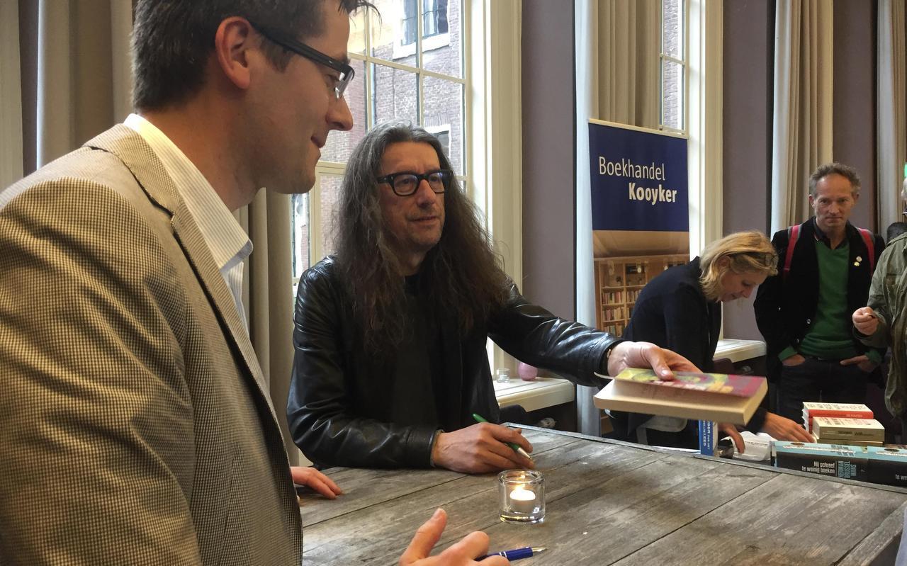 De boekpresentatie van  Majoor van het Menselijk Lee d , de biografie van Herman Brusselmans (midden). Biograaf Rick Honings zit links.