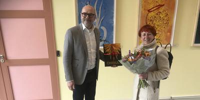 Directeur Andreas Blühm van het Groninger Museum fêteert de Harense Erica Kelderman als de honderdduizendste bezoeker van de tentoonstelling Chihuly. Foto: DvhN