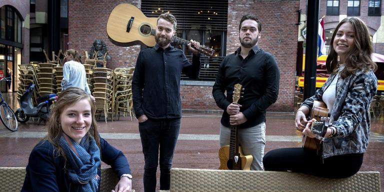 Kirsten Dabekaussen (links), met wat muzikanten die zaterdag spelen in de Groninger binnenstad tijdens Rumbling Earth: Lesley Baker, Berend Pot en Sascha Elisah.