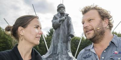 Artistiek leider Karin Netten en hoofdrolspeler Bas Keijzer voor het monument van Welstaats gestorven leider Hannah . Foto Rens Hooyenga