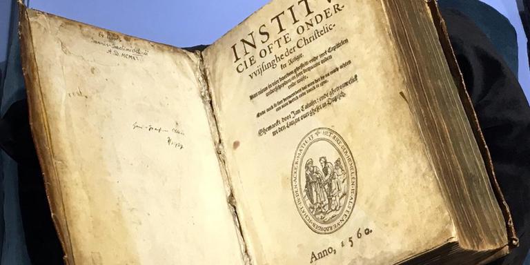 De eerste Nederlandse vertaling van Calvijns 'Institutie' werd in Emden gedrukt. Foto DvhN