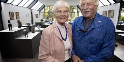 Hieke de Hullu met haar man Arjaan in de galerie van DeHullu Beelden in Gees. foto Archief DvhN