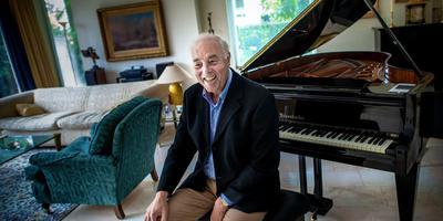 Pianist Lex Jasper in zijn huiskamer in 2016. Foto Archief Corné Sparidaens