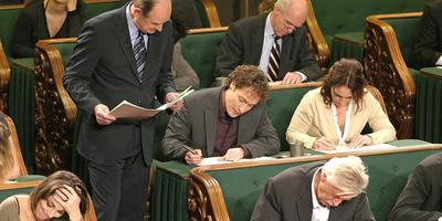 Philip Freriks kijkt tijdens een eerdere editie van Het Groot Dictee der Nederlandse Taal nieuwslezer Jeroen Overbeek op de vingers. Foto Leendert Jansen