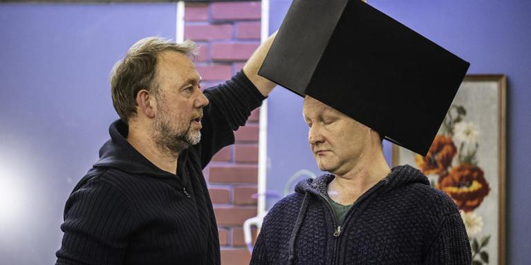 De eerste aflevering van Hotel Zigterman is net begonnen, maar regisseur Albert Secuur (links) is al druk met de repetities voor het vervolg, hier met Nico van der Wijk. Foto: Duncan Wijting