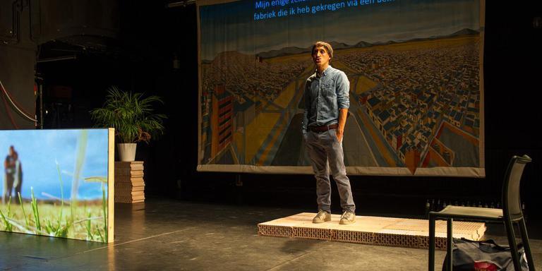 Gabino Rodriguez in zijn fascinerende onderzoeksvoorstelling 'Tijuana'. Foto Pierre Borasci