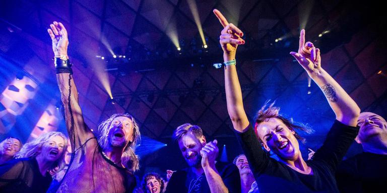 Publiek gaat los op My Baby tijdens Noorderslag 2018. Foto Siese Veenstra
