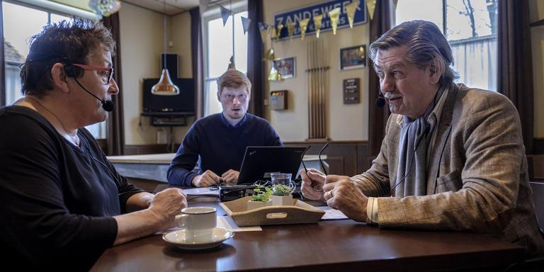 Cobi Koolhof (links) uit Zandeweer wordt geinterviewd door Goos Gosling-Slotegraaf (rechts). Martijn Bartelds (midden) neemt het gesprek op. foto: jan zeeman