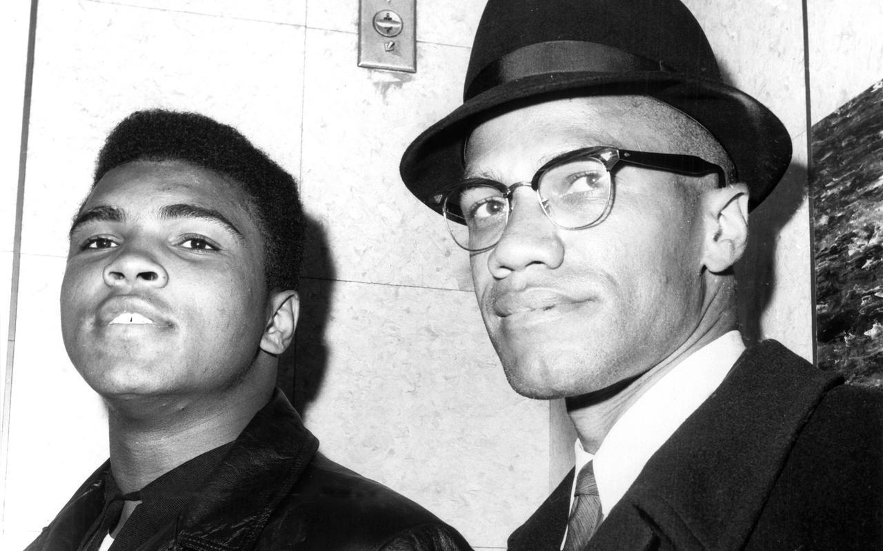 Muhammad Ali (toen nog Cassius Clay) en Malcol X in Harlem, New York in 1964.