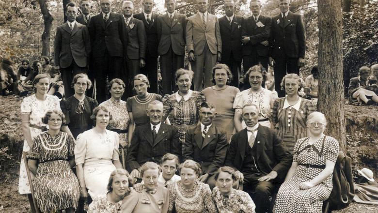 Foto van zangkoor uit Nieuw-Buinen van rond 1940, die middenin het tijdschrift over twee pagina's is afgedrukt.