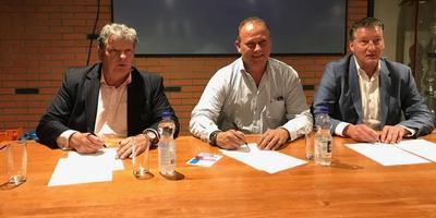 Drie sportbestuursleden ondertekenen de brief aan minister Wiebes. Van links naar rechts Roel Seele (Witteveense Boys), Arie Weits (Valthermond) en Ronald Keen (Achilles '94).