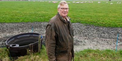 Jantinus de Groote, die in heel Zuid-Drenthe schapen heeft rondlopen: ,,Op zichzelf is de wolf een mooi dier, maar hij past hier niet.'' foto Gerrit Boer