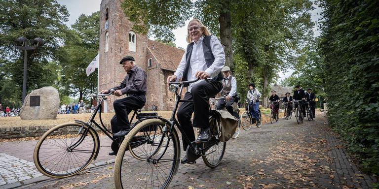 Norg: oude fietsenclub toert rond de kerk. Foto: JASPAR MOULIJN