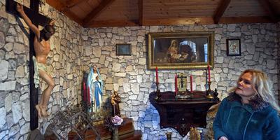 Rosa Hindriks in haar eigen kapel op het Emmer woonwagenkamp. Foto: Boudewijn Benting