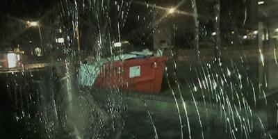 Vanuit een van de kapot gegooide ramen van Catch is de container te zien. Die is ingehuurd om de jongerenopvang leeg te halen.