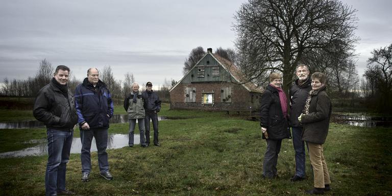 Een foto uit 2012. Frits, Willem, Jo, Jan, Marietje, Rieks en Gonny (v.l.n.r.) bij hun voormalig ouderlijk huis in het Bargerveen, het huisje van Uneken. Foto: Duncan Wijting/Archief DvhN