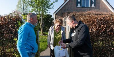 Frans Gerding (links) heeft Ronny Blauw en Gera Vrielink in Beilen net een paasontbijtje overhandigd. Foto Gerrit Boer
