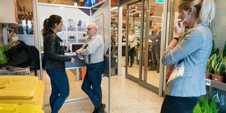 Alieke Wijnholds (links) van de gemeente Coevorden in gesprek met trouwe stemmer Hans Heijn. Foto Jaspar Moulijn