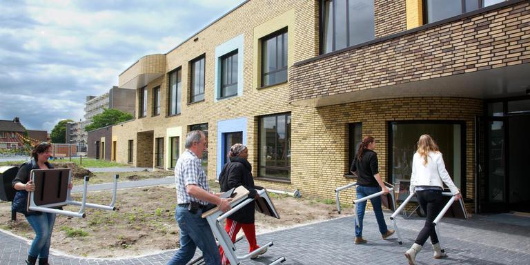 Ouders helpen in 2014 mee met de inrichting van de nieuwe brede school SOM in Coevorden. Foto Gerrit Boer
