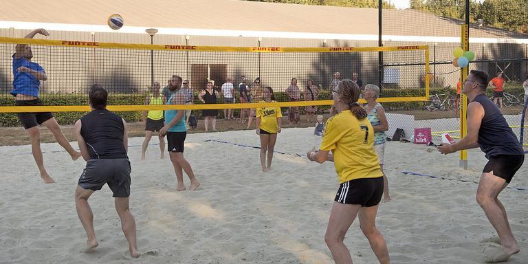 Sportievelingen in Oosterhesselen kunnen zich vanaf nu 'officieel' uitleven op een fonkelnieuw beachsportpark. Foto: Jan Anninga