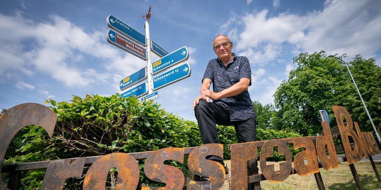 Egbert Meyers heeft het kunstwerk Crossroad Blues ontworpen op de rotonde in Grolloo. Foto Jaspar Moulijn