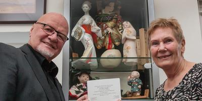 Albert en Margreet Emmink tonen de uitnodiging van de Japanse ambassadeur om in Den Haag de Order of the Rising Sun te ontvangen. FOTO GERRIT BOER