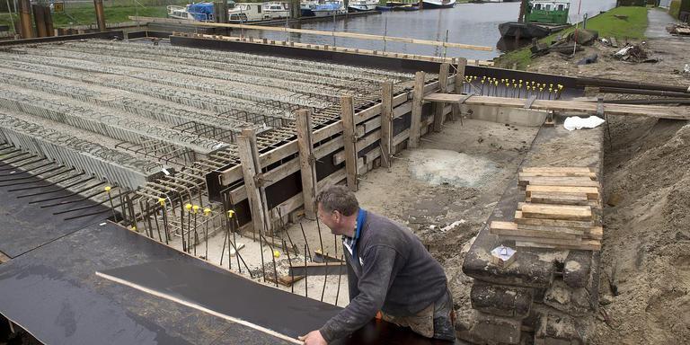Veel werkzaamheden voor de nieuwe Leeuwerikenbrug moet ter plekke uitgevoerd worden. Hierdoor neemt de bouw veel tijd in beslag. FOTO JAN ANNINGA