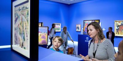 Kinderen krijgen een rondleiding door Groninger Museum om aansluitend in atelier zelf hun kunsten te vertonen. Foto Groninger Museum/Archief DvhN