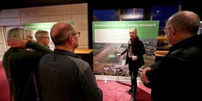 Omwonenden en andere belangstellenden laten zich informeren over het zonnepark. Foto Harry Tielman