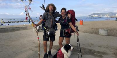 Barry Gepken en Monique de Haas met hun hond Maurice op het strand van Massa, vlakbij Pisa.