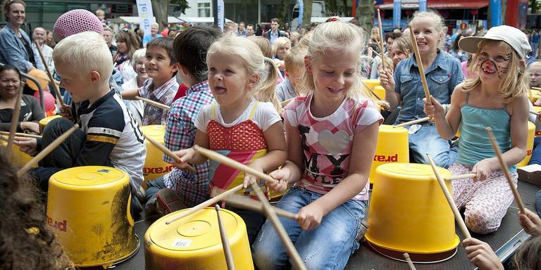 Kinderen trommelen er op los tijdens een eerdere editie van Alles Kids in Emmen. FOTO ARCHIEF DVHN