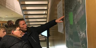 Op de informatiebijeenkomst vorige week konden inwoners van Vries kennisnemen van het woningbouwplan. Foto DvhN