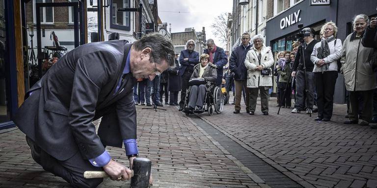 In 2012 plaatste burgemeester Westmaas struikelstenen in de hoofdstraat van Meppel. Negen stenen werden later beschadigd. Foto DvhN/Duncan Wijting