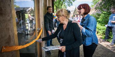 Els Kruis, de weduwe van de tekenaar, en dochter Leontine Kruis knippen het lintje voor de ingang van het Jan Kruis Museum in Orvelte door. Foto: Jaspar Moulijn