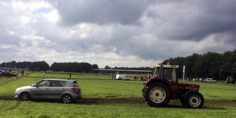 Tractors moesten auto's uit de modder trekken op de zompige parkeerplaatsen bij het TT Circuit. FOTO DVHN