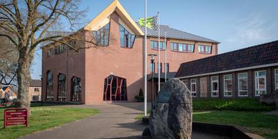 De renners starten tijdens de Ronde van Drenthe in 2019 in het gemeentehuis in Zuidwolde. Foto DvhN