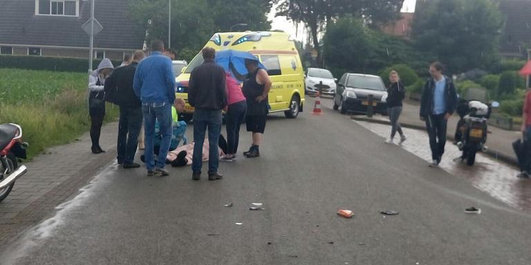 De motorrijder kwam door onbekende oorzaak in botsing met een auto. FOTO HERMAN VAN OOST / VAN OOST MEDIA