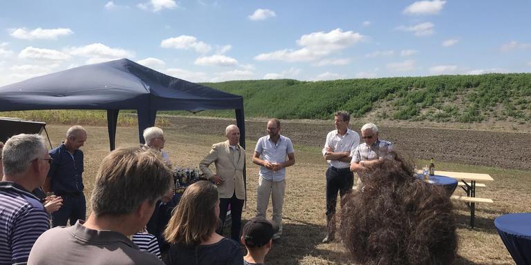 De werkzaamheden op Landgoed Heidehof werden feestelijk afgesloten. Op de achtergrond de nieuwe landschapswal. Foto DvhN