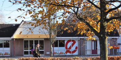 De supermarkt van Veenhuizen staat al jaren leeg. De gemeente wil het gebouw kopen en slopen.