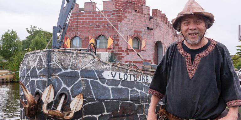 De museumboot van Lenny Vries heet Vlotburg, een toepasselijke naam voor een drijvend kasteel. Foto Gerrit Boer
