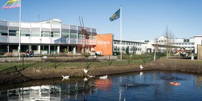 De ebtl ligt achter het hoofdgebouw van het asielzoekerscentrum in Hoogeveen. De tijdelijke bewoners mogen geen contact hebben met de andere asielzoekers.