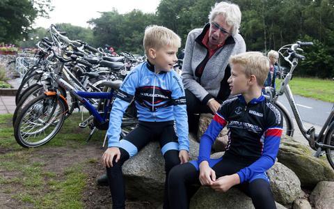 Janny Tienstra puft in Havelte uit met haar kleinzoon Ynte (links) en diens vriend Tijmen.