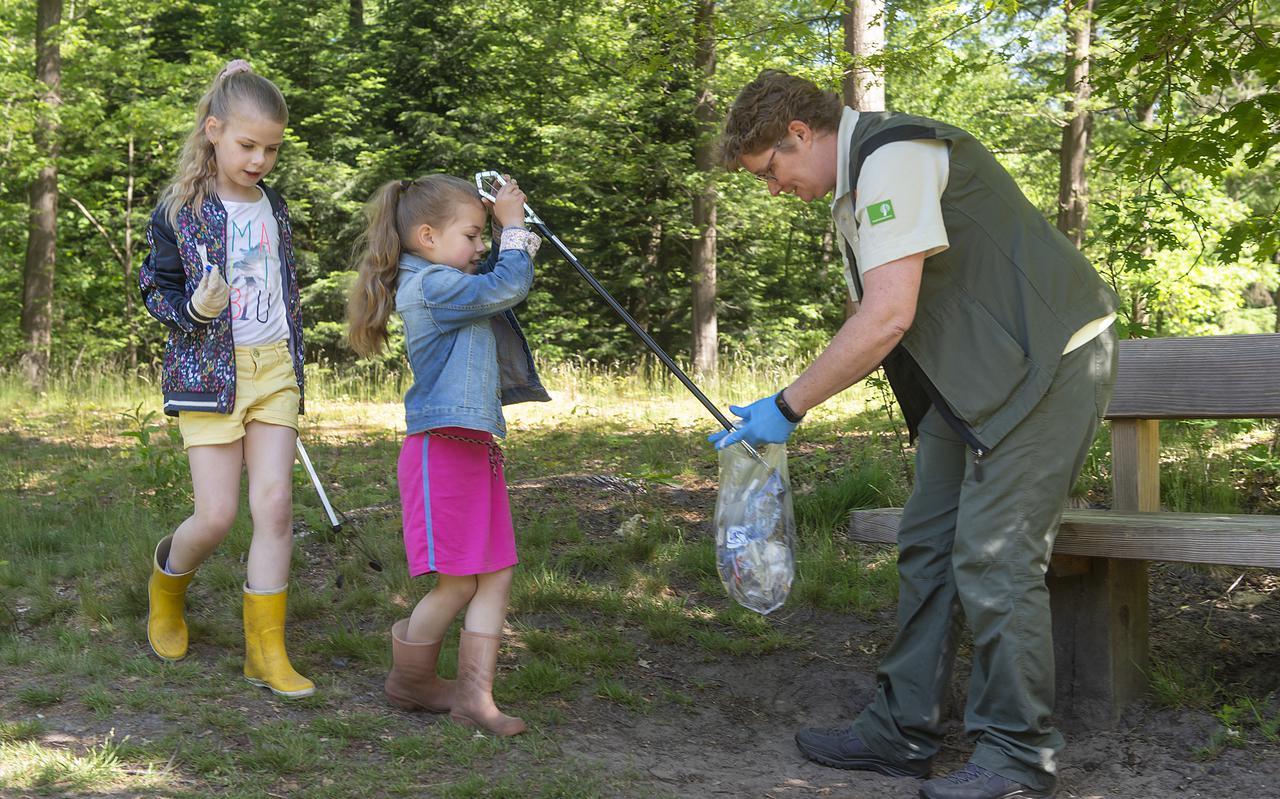 Boswachter Wenda Kloen krijgt hulp bij het opruimen van de zusjes Amy en Lizzy.