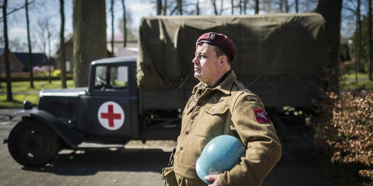 Dennis Meijeringh maakt zich op voor de herdenking van operatie Amherst in Zuidlaren.