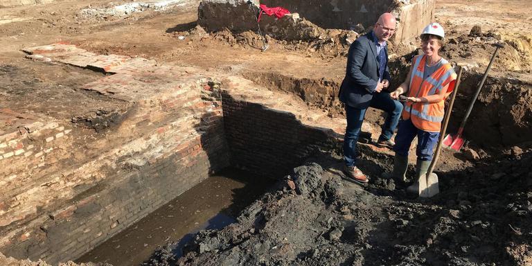 Wethouder Jeroen Huizing en archeoloog Janneke Hielkema bij het fundament van de Bentheimer Poort. Foto DvhN